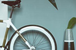 Mag je een fiets in de inkomhal van een appartementsgebouw zetten?