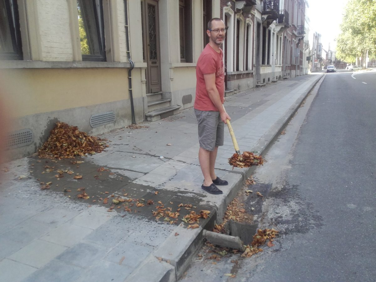 Stad grijpt niet in, inwoner maakt straatkolk zelf leeg