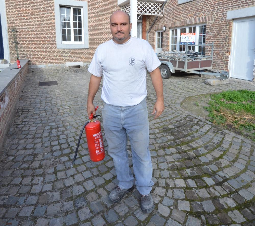 Man redt huis van buren met simpele brandblusser