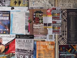 Affiche hangen in de inkomhal van een appartementsgebouw: mag dat?