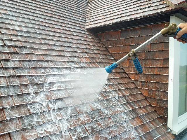€ 100 korting op dak ontmossen of gevel reinigen