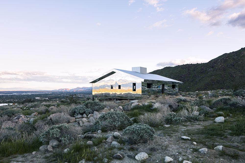 """Een """"onzichtbaar"""" huis in de Amerikaanse woestijn"""