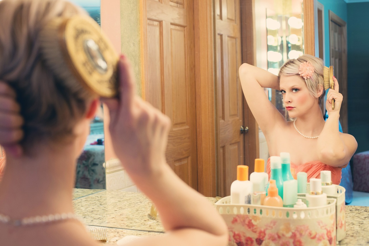 5 choses que l'on fait tous devant le miroir de la salle de bains