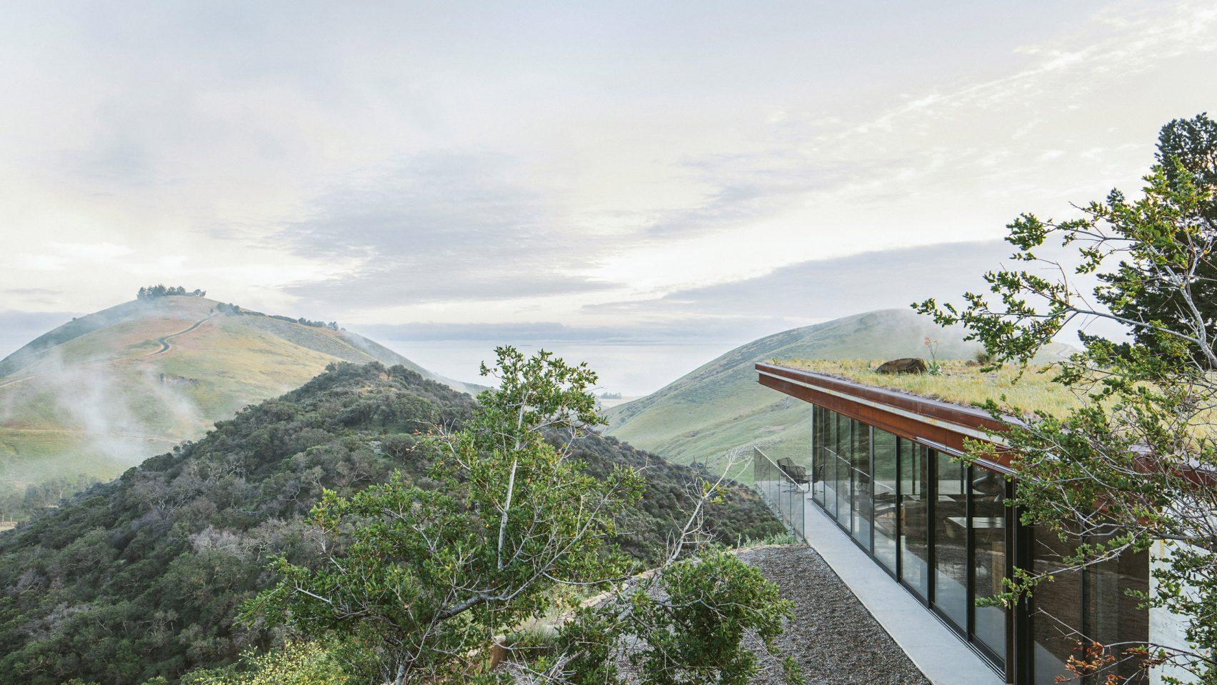 Une maison d'amis époustouflante qui se fond dans le paysage !