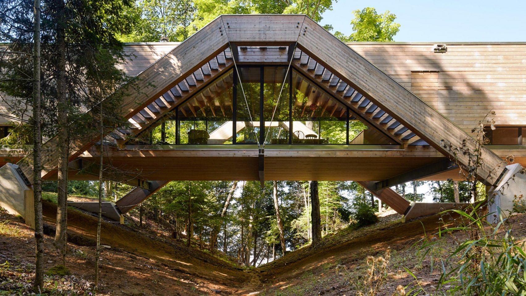 """Opmerkelijk: een """"brughuis"""" in het bos"""
