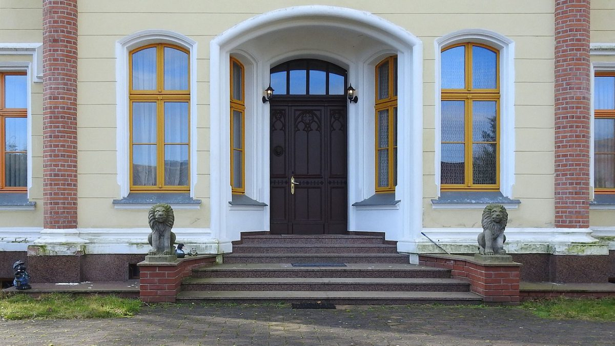 Devez-vous laisser la porte d'entrée de votre immeuble fermée la nuit?