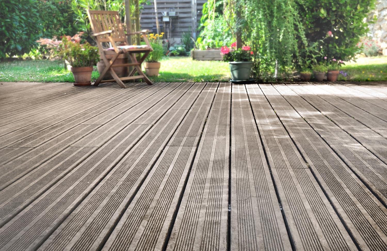 Comment Nettoyer La Terrasse En Pierre terrasse en bois ou pierre bleue : comment les entretenir ?