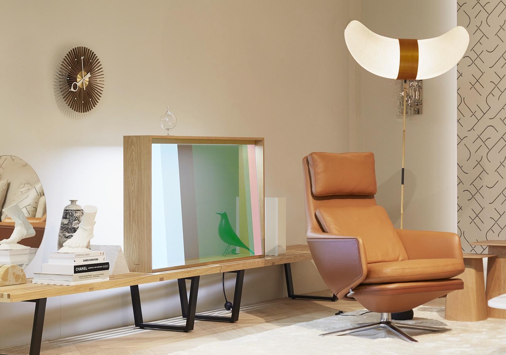 Nieuw: TV van hout en glas gaat op in zijn omgeving