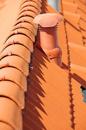 Isoler un toit avec des tuiles d'aération