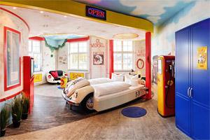 In het V8 Hotel slaap je in... auto's!