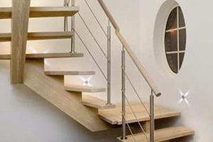 Gros plan sur les portes et escaliers