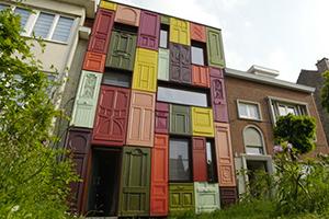Une façade gantoise couverte de portes d'entrée colorées
