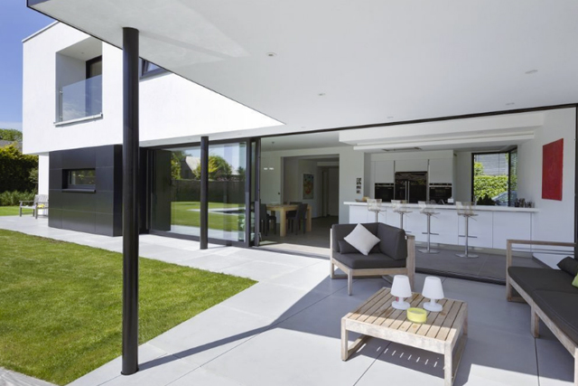 In beeld een moderne woning met gedurfde volumes