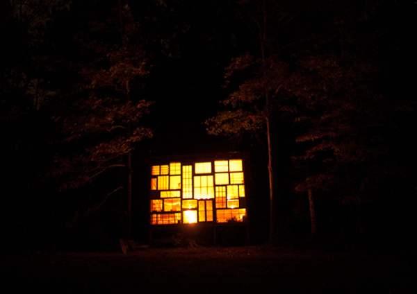 Une maison toute en fenêtres pour voir les étoiles