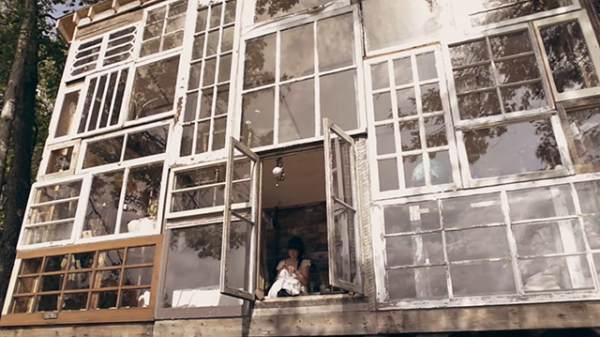 Une maison toute en fenêtres